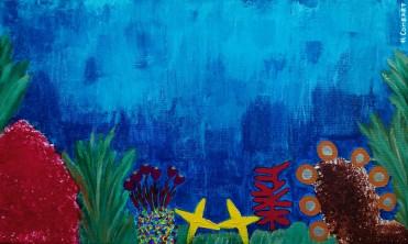 fondo del mar con colores acrílicos muy vivos: azul del mar, estrellas amarillas, plantas verdes y otras especies.